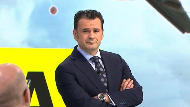 Iñaki López, presentador de 'laSexta Noche', hablando con uno de sus colaboradores.
