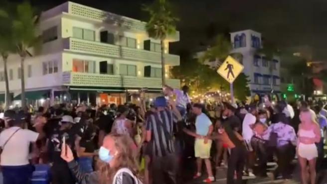 Grupo de personas de fiesta en Miami.