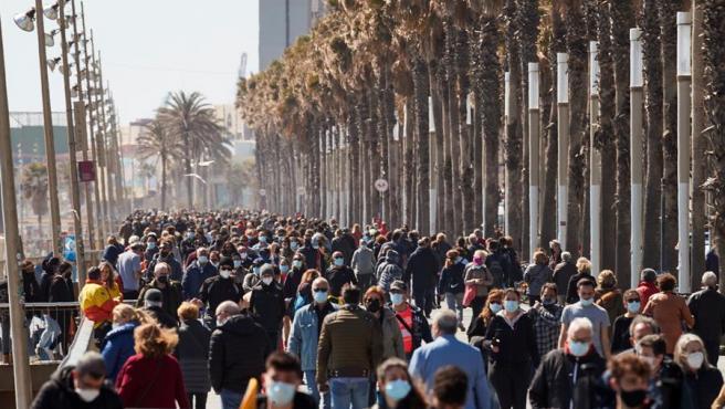 Aglomeraciones en el paseo marítimo de Barcelona el domingo.