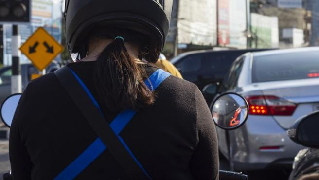 Las motos tienden a esquivar los coches en el tráfico urbano de manera peligrosa.