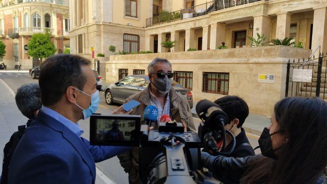 El portavoz de la mesa en defensa del ferrocarril de Almería, José Carlos Tejada, atiende a los medios