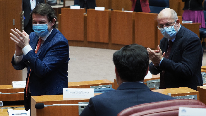 Alfonso Fernández Mañueco y Francisco Igea aplauden al portavoz del Grupo Parlamentario Popular, Raúl de la Hoz, en el debate de la moción de censura.