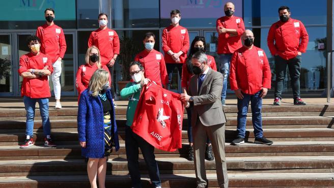 Pepo Frade, cocinero malagueño, se pone una chaquetilla roja del colectivo 'Chefs in Red' en apoyo al sector de la hostelería