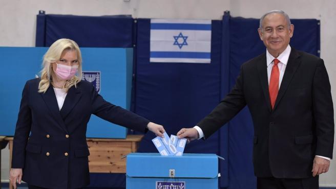 El primer ministro, Benjamin Netanyahu, y su mujer, Sara Netanyahu, acuden a votar.