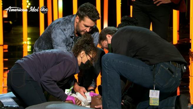 Una concursante de 'American Idol' se desmaya durante su actuación.