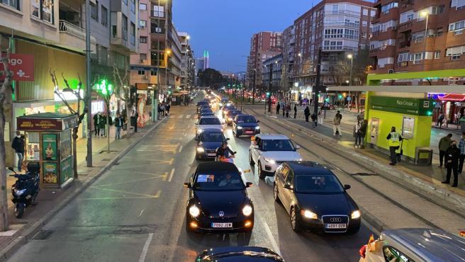 Centenares de coches se echan a la calle para mostrar su oposición a la moción de censura contra el alcalde de Murcia