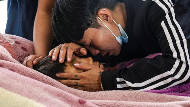 Familiares y amigos, durante el funeral del joven Mg Tun Tun Aung, muerto durante las protestas en Mandalay contra el golpe de Estado en Birmania.