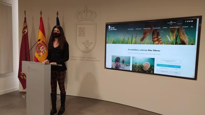 La directora general del Mar Menor, Miriam Pérez, durante el acto de presentación de la nueva web.