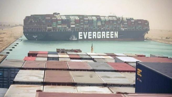 El Ever Given bloquea el Canal de Suez.