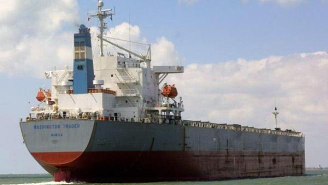 Una embarcación a su paso por el Canal de Suez.
