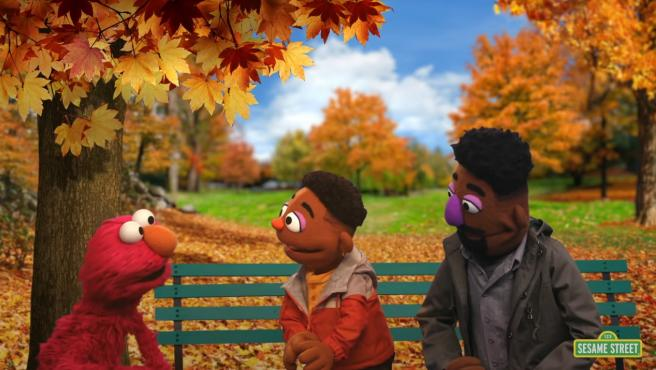 Wes y Elijah, junto a Elmo, en Barrio Sésamo.