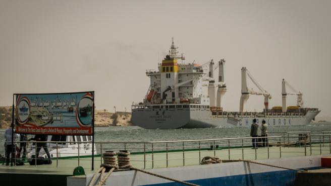 Un carguero, este miércoles en el Canal de Suez.