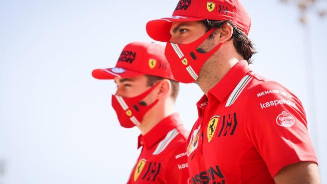 Carlos Sainz y Charles Leclerc, pilotos de Ferrari
