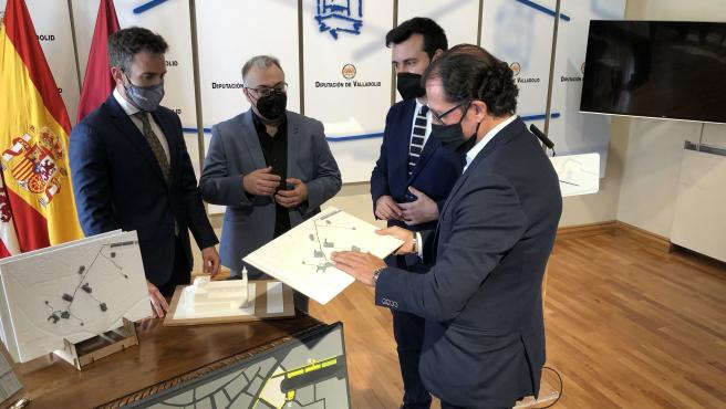 De izquierda a derecha: David García, Gustavo Arcones, David Esteban e Ismael Pérez observan los planos 3D y maquetas con el patrimonio arquitectónico de Medina de Rioseco.