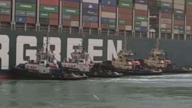 Remolcadores en los trabajos para desencallar el Ever Given en el Canal de Suez.