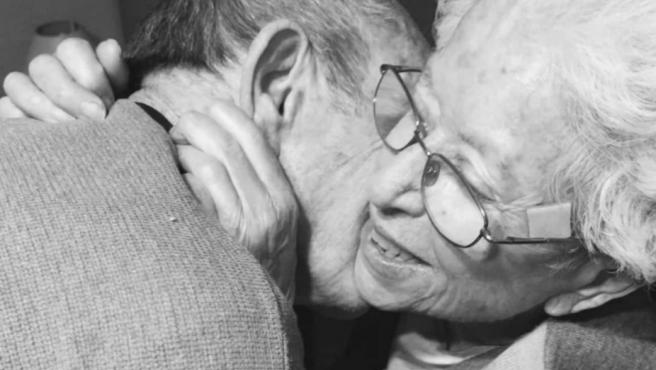 La pareja de ancianos reencontrándose.