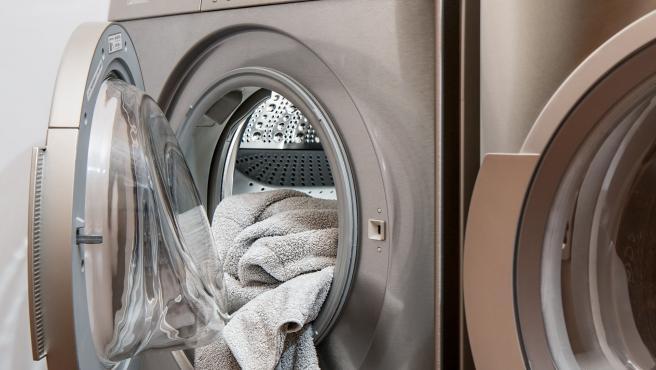 Aunque su función es limpiar la ropa, la propia lavadora también debe limpiarse para evitar malos olores.  Y hay que hacerlo con cierta frecuencia.  Tienes que tener cuidado con el tambor, la goma y el filtro y solo tendrás que utilizar productos como vinagre o lejía y un paño.