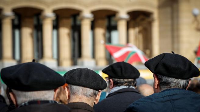 Miembros de la asamblea de pensionistas de Alderdi Eder en una fiesta reivindicativa en San Sebastián, en enero de 2020.