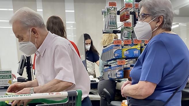Archivo - Imagen de archivo de unos pensionistas jubilados mientras hacen la compra