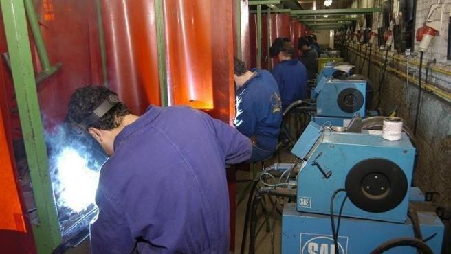 Archivo - Trabajadores en una fábrica