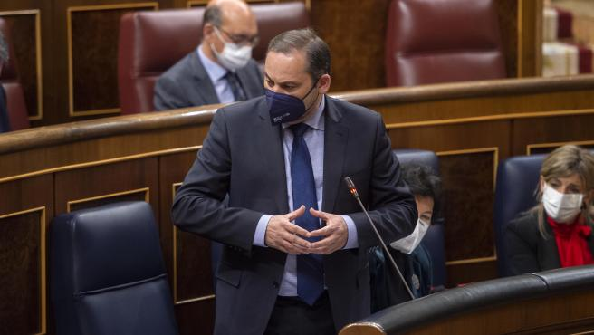 El ministro de Transportes, Movilidad y Agenda Urbana, José Luis Ábalos, interviene durante una sesión plenaria en el Congreso.