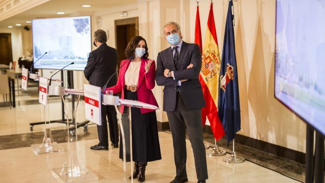 La presidenta de la Comunidad de Madrid, Isabel Díaz Ayuso, y el consejero de Sanidad, Enrique Ruiz Escudero