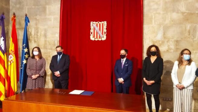 La presidenta del Govern, Francina Armengol, junto al ministro José Luis Ábalos, el conseller de Movilidad y las presidentas de los Consell de Mallorca y Menorca