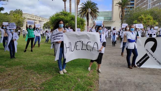 Archivo - Los médicos canarios en una protesta en el HUC contra el abuso de los contratos temporales