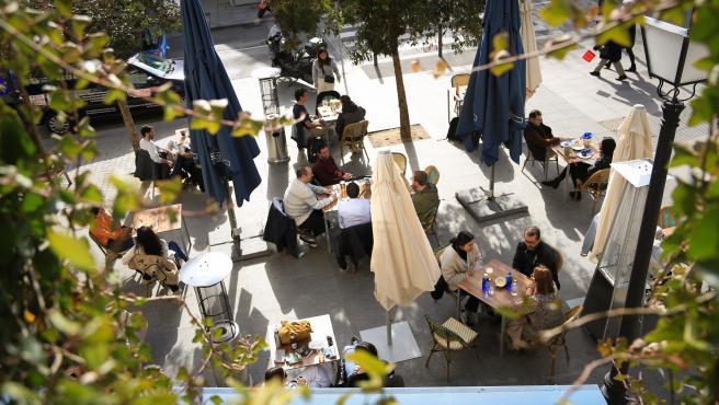 Archivo - Varias personas en la terraza de un bar en el centro de Madrid (España), a 5 de febrero de 2021.