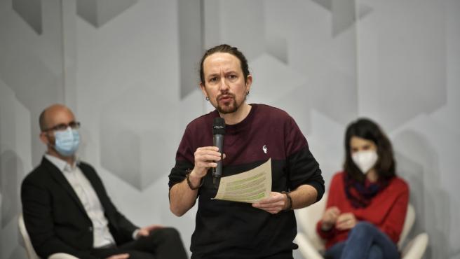 El secretario general de Podemos, Pablo Iglesias, junto a la coportavoz de la formación, Isa Serra, y el secretario de Estado de Derechos Sociales, Nacho Álvarez, durante un acto organizado por el partido sobre las pol
