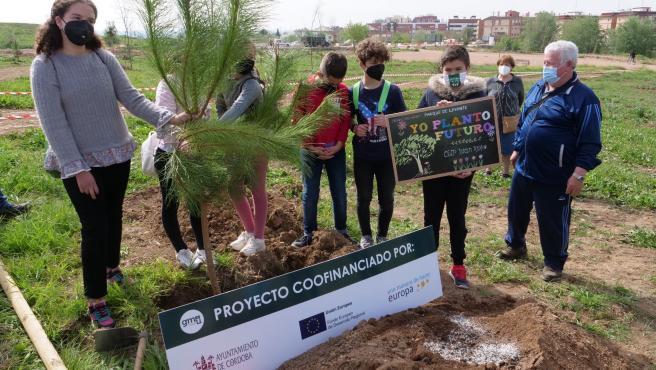 Escolares de Fátima participan en la plantación de árboles del Parque de Levante.