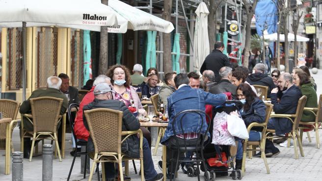 Varias personas sentadas en una terraza del centro de Madrid.