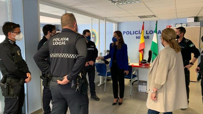 Maribel Sánchez visita la Policía Local de Níjar.