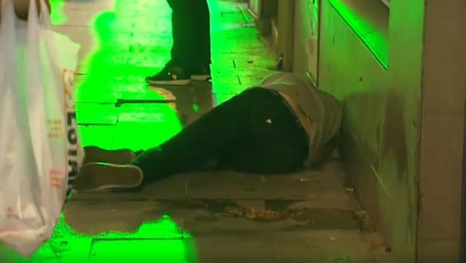 Imagen de un joven tirado en el suelo.