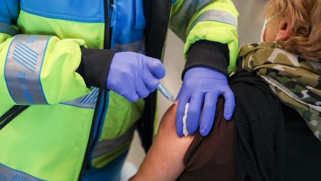 Una persona es vacunada contra la Covid-19 en el estadio Wanda Metropolitano.