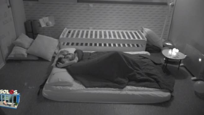 Bea y Dani G, en la cama.