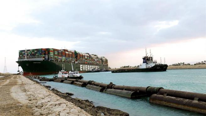 Trabajos para intentar reflotar el buque el buque 'Ever Given', encallado en el canal de Suez.