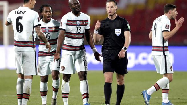El árbitro Danny Makkelie recibe las quejas de los jugadores portugueses.