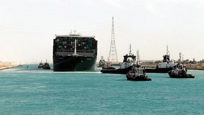 El buque Ever Given, en mitado del canal y reflotado