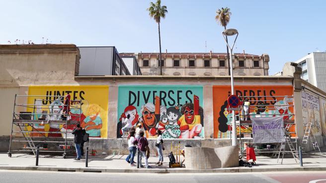 El mural feminista pintado en la pared de la antigua prisión de la Model de Barcelona este lunes.