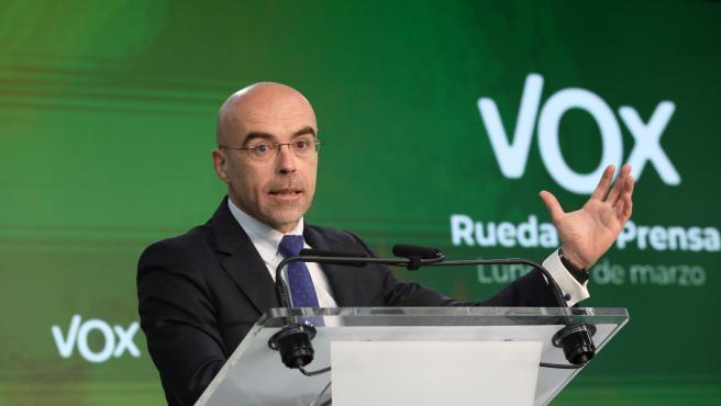 El vicepresidente primero del Comité de Acción Política y eurodiputado de Vox, Jorge Buxadé, ofrece una rueda de prensa tras la celebración del comité, en Madrid (España), a 22 de marzo de 2021. Buxadé ha asegura