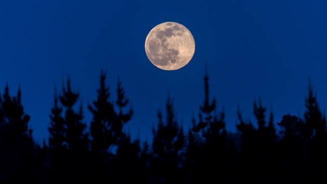 La luna llena, denominada de gusano y primera desde el comienzo de la primavera, es vista desde Palas de Rei (Lugo),