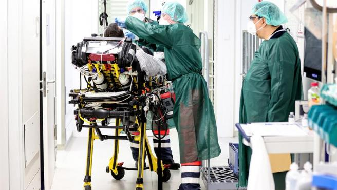 Personal sanitario atiende a un paciente de Covid-19 en la uci del Hospital Universitario de Essen, Alemania.