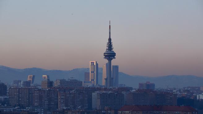 Archivo - Capa de contaminación sobre la ciudad desde el Cerro del Tío Pío en Madrid (España).