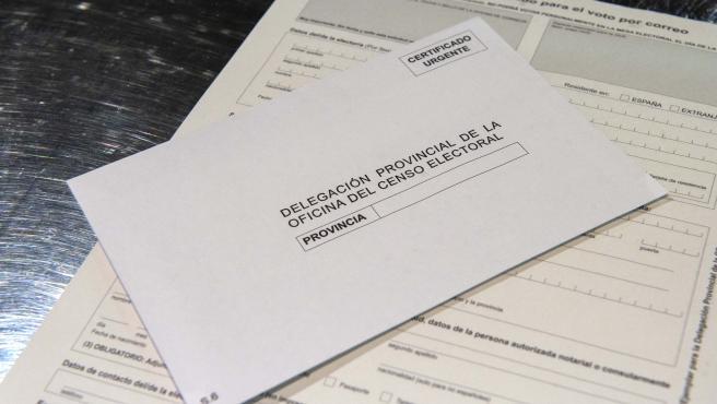 Ejemplo de voto por correo que se puede obtener en Correos, en la Oficina de Correos de Cibeles, en Madrid, (España), a 16 de marzo de 2021. El voto por correo para las elecciones autonómicas a la Asamblea de Madrid qu