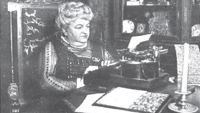 Emilia Pardo Bazán, ante su máquina de escribir.