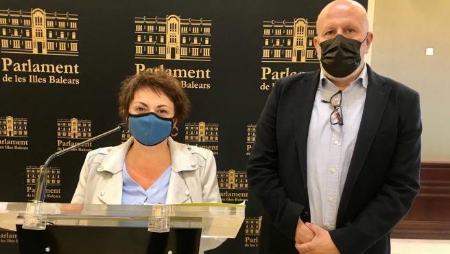 La diputada Joana Aina Campomar junto al portavoz de MÉS per Mallorca en el Parlament, Miquel Company.