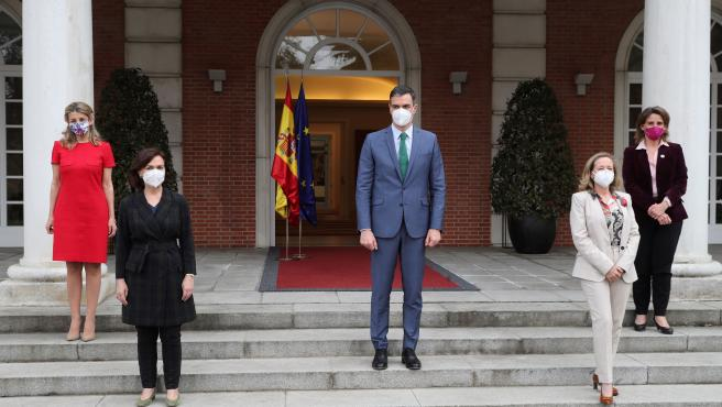 Sánchez posa junto a las cuatro vicepresidentas