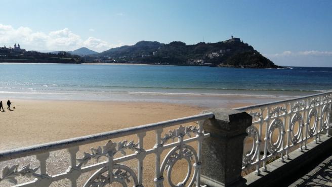 Sol en la playa de La Concha, en San Sebastián