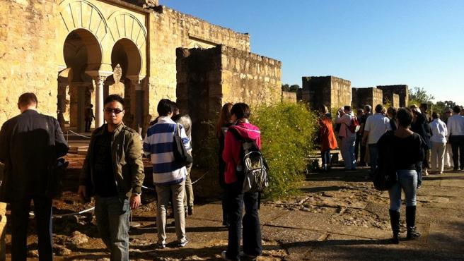 Archivo - Turistas en Medina Azahara, en una imagen de archivo.